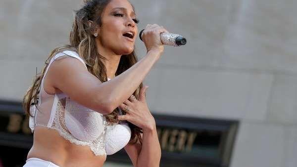 """Jennifer Lopez, noviazgo confirmado La ex estrella del béisbol estadounidense Alex Rodríguez confirmó que está de novio con la cantante a quien considera una """"chica increíble"""". F... http://sientemendoza.com/2017/03/31/jennifer-lopez-noviazgo-confirmado/"""