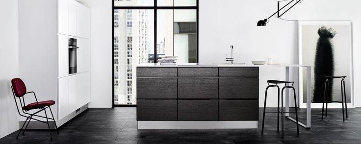 Mano & Mano Sera Kjøkken - Hvite Mano-fronter i høyskap blandet med nesten sorte eikedører på underskap er planen for vårt kjøkken