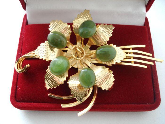 Gevulde vervaardigde bloem broche met nefriet verguld Swoboda style vintage jaren 1970  Dit is Vintage uit de jaren 1970 - USA - grote bloem broche of revers speld met echte Jade in Swoboda stijl.Deze broche heeft geel verguld filigraan bladeren en vallende ster geaccentueerd met een vijf Jade cabochon edelstenen in de forest groene kleur.Dit soort antiek / Vintage Jade sieraden zijn erg populair en collectible nowdays.Deze broche is uit nalatenschap was gemaakt in de jaren 1970 of eerder en…
