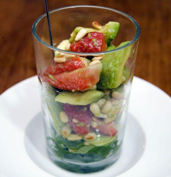 Avocado - Erdbeer - Salat mit Ingwer Dressing und Pinienkernen