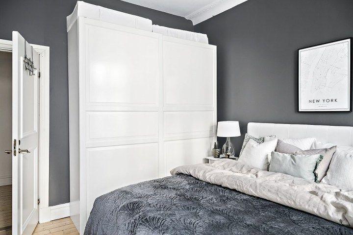 Pereții de cărămidă expusă din acest apartament în plan deschis din Suedia aduc căldură interiorului amenajat în tonuri ușor sterile ...
