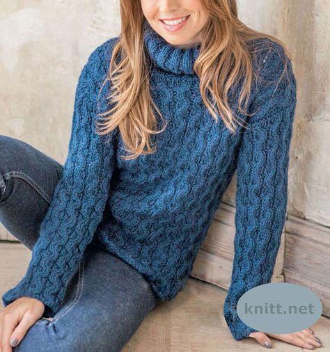 Синий пуловер с косами выполнен толстыми спицами из пряжи в состав которой входят: шерсть и альпака. Прекрасно подобранный узор делает пуловер объемным