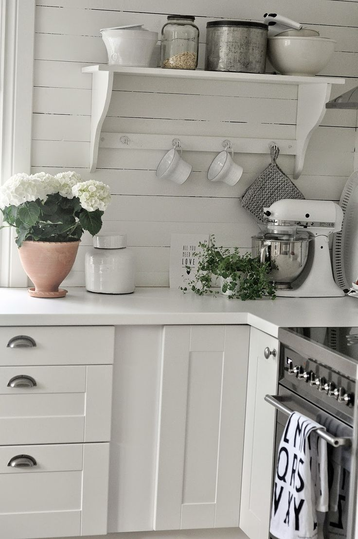 Love this all-white look...even the standard white stand mixer looks chic! MARIAS VITA BO