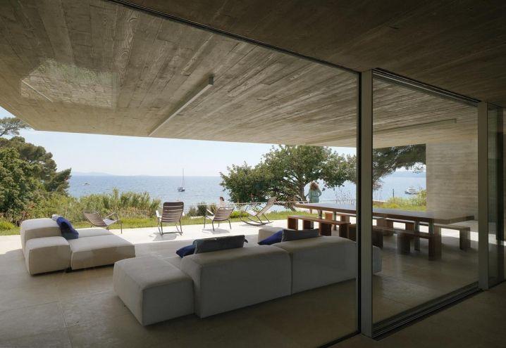 ... Azzurra una villa costituita da blocchi di cemento, legno e vetro