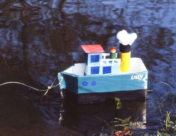 Basteln Sie aus einem leeren Milchkarton einen Dampfer, mit dem Ihr Kind im Wasser spielen kann. Bei schlechtem Wetter kann das Schiff im Waschbecken schwimmen!