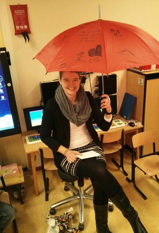 Originele paraplu vol tekstjes en tekeningen van iedereen uit de klas. Super, lief en praktisch