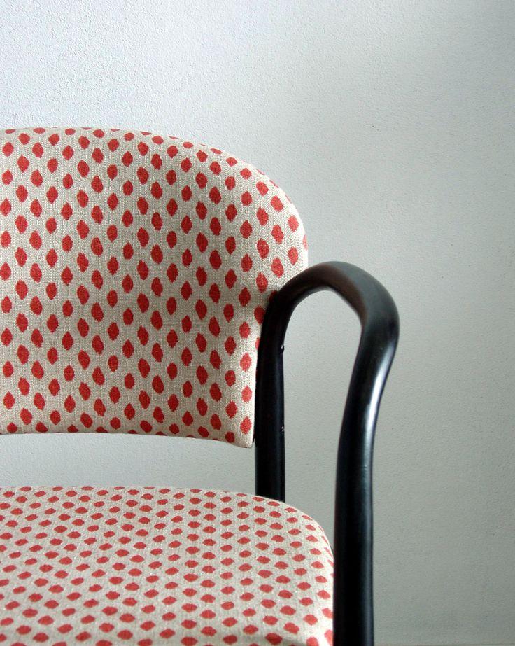 Židle...křeslo...TON+Nejsem+si+jista+jak+je+toto+křesílko+staré,+cedulka+s+datem+na+spodní+části+byla+nečitelná...jen+jsem+vyčetala+že+byla+vyrobena+v+Bystřici+pod+Hostýnem+firmou+TON.+Nově+potažena+krásnou+potahovou+látkou+v+béžové+barvě+s+červenými+tečkami.+Na+opěrátko+a+sedák+jsem+použila+novou+vrstvu+molitanu.+Dřevo+je+zbaveno+starého+nátěru,+je+nově+namořeno+...