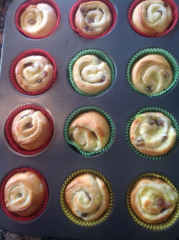 Koffiebroodjes! Blik croissant deeg, gele room en rozijnen. Super makkelijk en lekker.