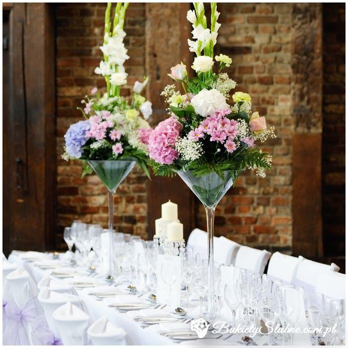 Kwiatowe dekoracje stołu weselnego – goździki, margaretki, róże, gipsówki