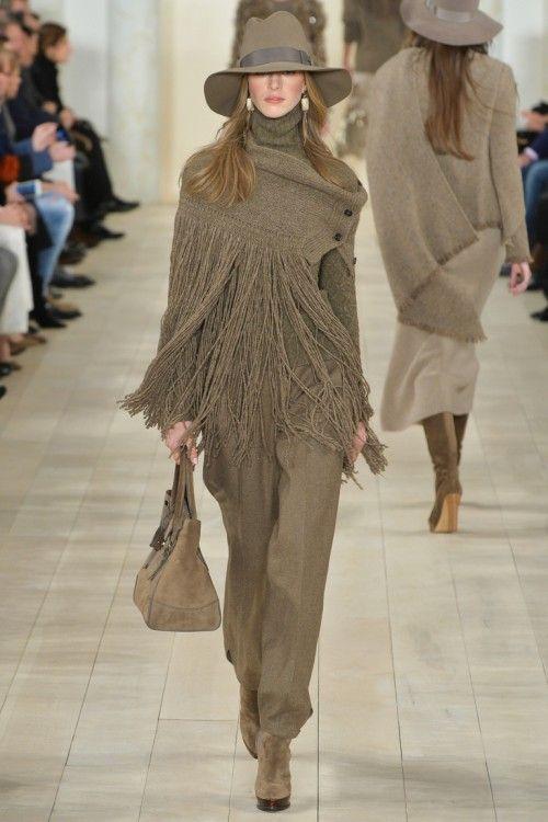 вязаная накидка с бахромой, осенний зимний гардероб 2015, вязаные тренды осень зима 2015 2016, вязаная мода с подиума, модные тенденции 2015 2016 (фото 17)