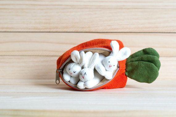 Hase-Familie in Karotten-Geldbeutel 3 schöne Bunny-Puppen und Karotte Geldbörse, sie sind perfekt in einem Satz zusammengefasst. Wenn Sie auf der