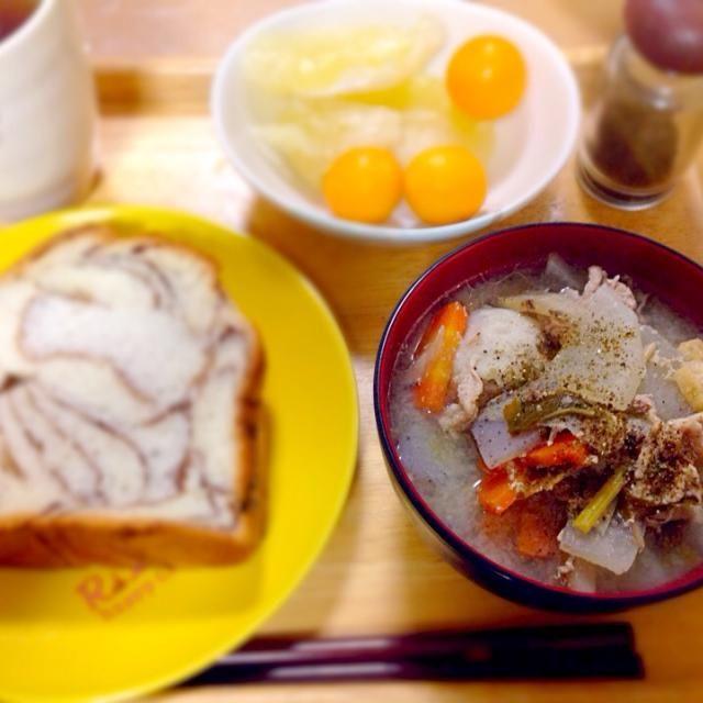 いつもは朝食はご飯だけど、今日はパン それでも欲しくなるお味噌汁( ̄▽ ̄) 今日は豚汁でーす - 28件のもぐもぐ - パンでも具沢山味噌汁(笑) by kawachi1225
