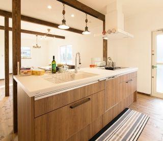アイランドキッチンとたっぷり収納のかわいい家