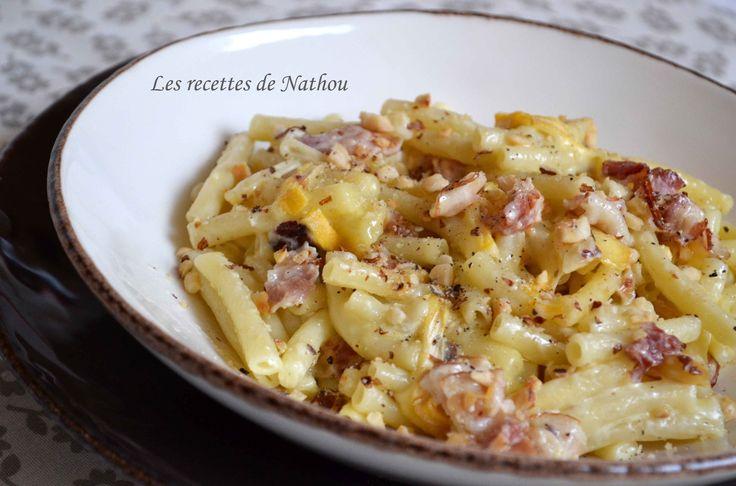 Macaronis au lard, Reblochon et noisettes grillées http://www.recettesdenathou.blogspot.be/2014/12/macaronis-au-lard-reblochon-et.html