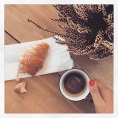 [Photo by thebluebirdkitchen on Instagram] Risveglio del sabato mattina decisamente piacevo... Caffè e brioche comprata dal maritino... Tutto sommato essere sposata ha i suoi vantaggi vero @pedrobock ?! Buon weekend! #thebluebirdkitchen #thebluebirdbreakfast
