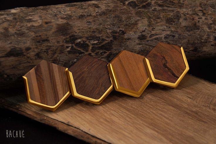 - Marakta - Puedes escoger la madera del dije y las aretas de tu Collar de la preferencia Marakta: Aglomerado, Ébano o Algarrobo.  Fotografía Andrés Hoyos