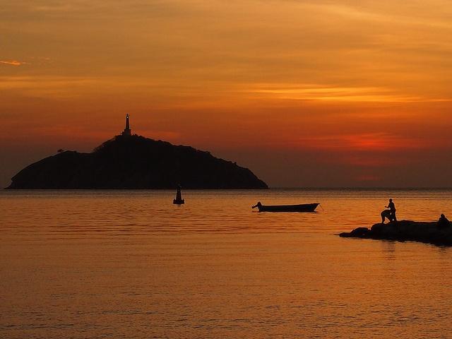 #colombiaenmadrid Colombia me quiso despedir con un regalo de cumpleaños anticipado, donde se juntan tres de las cosas que más me gustan en la vida, una linda puesta de sol, un faro en el horizonte, y el mar, siempre lleno de vida, ya sea calmo como aquí o rebelde como suele estar en mi querida Galicia. P6012862 by Vagamundos.net/Carlos Olmo, via Flickr