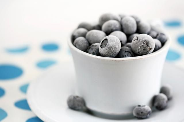 16 Snacks That Are OK to Eat at Night  13. Frozen Blueberries   Blueberries are one of the best foods that you can eat for your health. Research has shown that the nutrients in blueberries can help improve brain function and heart health. If your diet can afford the extra calories, adding 2 tbsp of cream adds to the richness and sweetness of the treat.