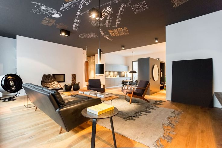 Appartamento a Berlino, Germania. NOMADS APT. is a unique extended-stay apartment located at the heart of Berlin. The accommodation offers a private, comfortable space totaling 150m² (1,615ft²) with three bedrooms, two bathrooms and a wonderful balcony.  It hosts up to 6 people.  ...