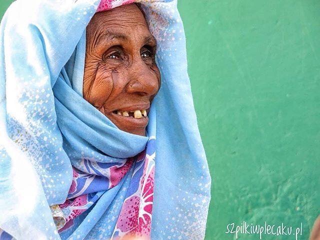 """via. @szpilki_w_plecaku  """"Będę naprawdę nieskromna... To jest moim zdaniem najlepsze zdjęcie jakie kiedykolwiek udało mi się zrobić. Pielgrzymująca do sufickiego Abu Haraz w Sudanie starsza pani ma na twarzy charakterystyczne plemienne bardzo głębokie nacięcia na twarzy. Jej oznaki upływającego czasu sprawiają że wygląda kwitnąco i radośnie! #prostozpodrozy #sudan #face #smile #africa #afryka #przygoda #adventure #beautiful #beautifuldestinations #bestoftheday #trip #travel #voyage #vsco…"""