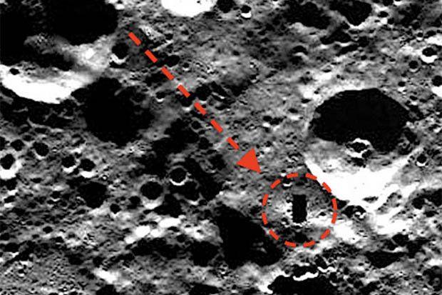 """+ - Esta imagem – capturada nas encostas dos penhascos Victoria Rupes no menor planeta do sistema solar – parece mostrar uma abertura retangular ao lado de uma cratera. Scott C. Waring, que descobriu a imagem, está certo de que o objeto seja aentrada para uma base alienígena. """"Eu estava olhando algumas das fotos de …"""