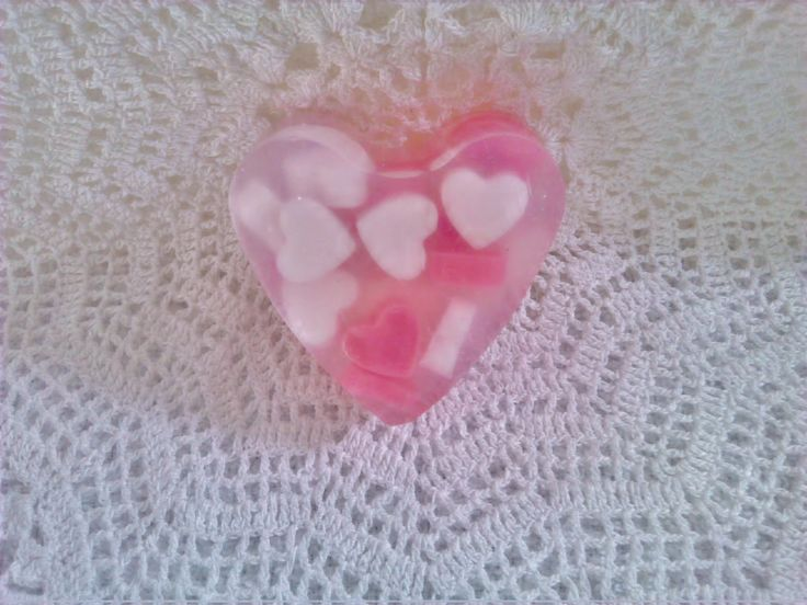 Heldere zeep hart ingegoten met kleinere hartjes. Als dit geen liefde is.