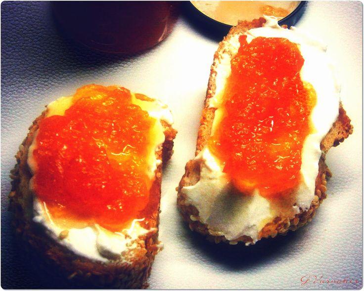 Τι κάνεις, όταν ξαφνικά ανακαλύπτεις μια ξεχασμένη σακούλα καρότα στο ψυγείο και μερικά πράσινα μήλα;; Ψάχνεις και για κανένα πορτοκάλι...