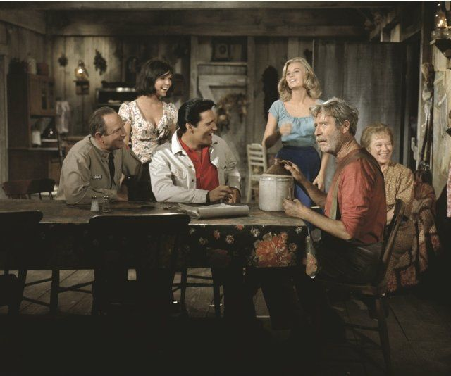 Still of Elvis Presley, Jack Albertson, Pamela Austin and Yvonne Craig in Com Caipira Não se Brinca