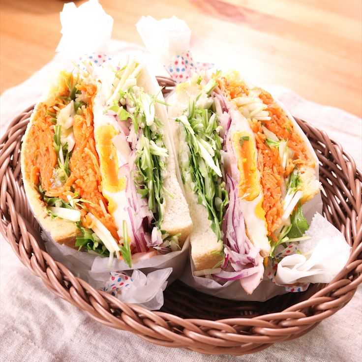 「いつもと違う!贅沢山盛りサンドイッチ」の作り方を簡単で分かりやすい料理動画で紹介しています。お祝いのパーティーにボリュームまんてん贅沢サンドイッチはいかがでしょうか。はさむだけの簡単なレシピなのでご自身でアレンジして大好きなものを詰め込んで、最高のお祝いにピッタリなサンドイッチを作ってあげてください。簡単なランチタイムにもオススメです。