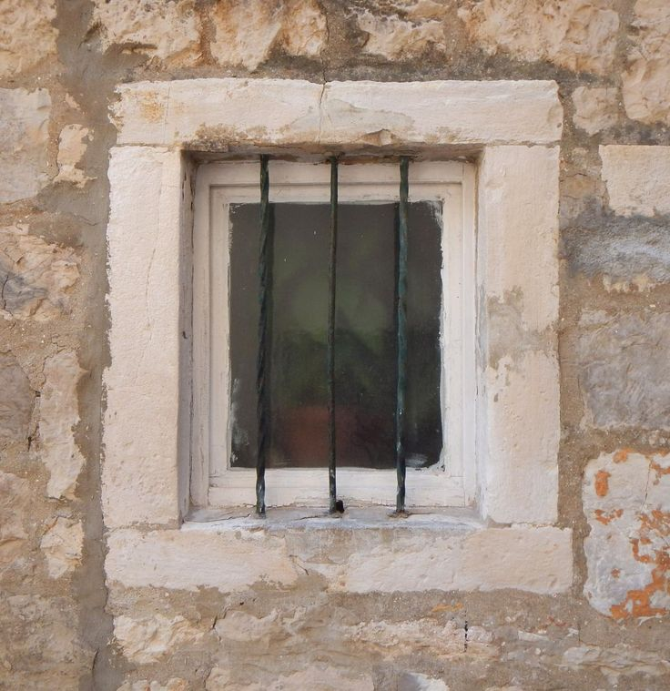 old_barred_window_with_stone_frame_6_20130927_1820894780.jpg (1066×1100)