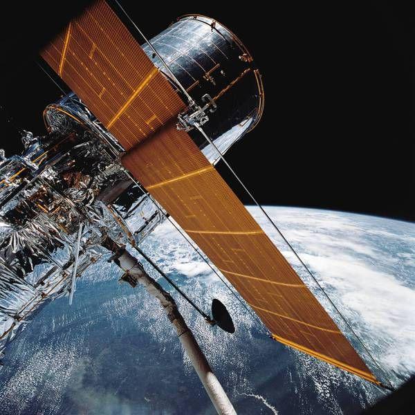 """Rezultat al colaborării dintre NASA şi Agenţia Spaţială Europeană (ESA), celebrul telescop a cunoscut însă şi câteva probleme de funcţionare la începutul """"carierei"""" sale. Dar, începând din 1993, acest dispozitiv extraordinar a început să transmită imagini uluitoare ale unor supernove.   #27 de ani de funcţionare #fotografii #nasa #orbita #telescopul spatial Hubble"""
