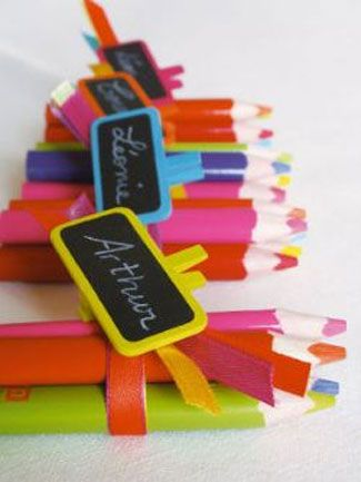 Que ça soit pour la table des enfants ou pour un mariage sur le thème de l'école ou l'enfance, ces marque-places ardoise sont idéaux ! J'ai craqué pour ces petites merveilles colorées sur le site www.artnuptial.com qui propose de nombreux articles de décoration vraiment sympa. Alors courez vite y jeter un oeil et en attendant je vous dis bon week-end !!