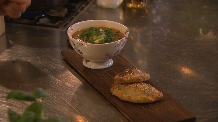 Een linzen-preisoep van Ramon is natuurlijk al om te watertanden, maar de pittige pasteitjes met tempeh zijn helemaal niet te versmaden!