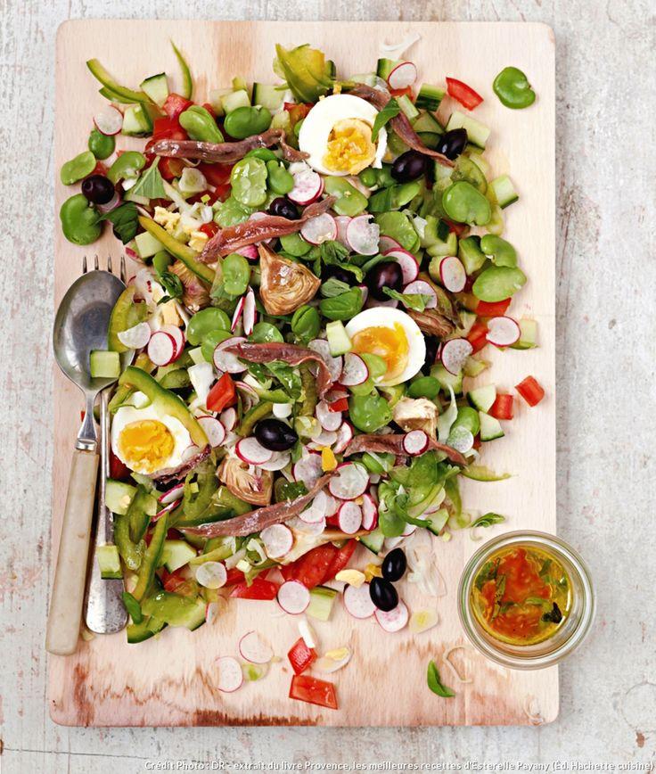 Ni salade, ni riz, ni haricots verts, ni pommes de terre n'entrent dans la composition d'une authentique salade niçoise. Seule variation tolérée les jours de fête : remplacer les anchois par du thon à l'huile ou même grillé. mais ne mélangez jamais thon et anchois !