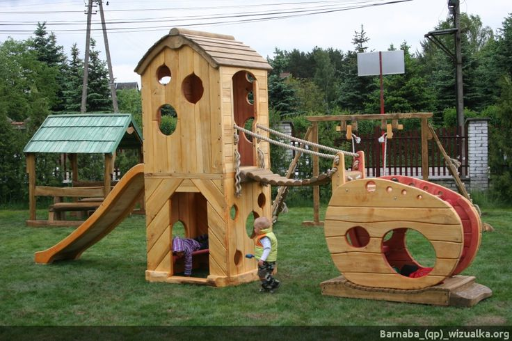 Drewniane domki z mostkiem i zjeżdżalnią   _(qp)_Drewniane place zabaw i zabawki.