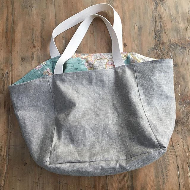 A new reversible tote bag in linen and  canvas. I modified the pattern so it could be reversible. The world map fabric Was from my stash that I bought a few years ago at the cloth house. The linen was the left over fabric from our new sofa. Good fun to make! #lottajansdotter #wilmabag #clothhouse  #adainalinenfabrics #sewersofinstagram #linen #totebag #sewing #imadeit #newyear