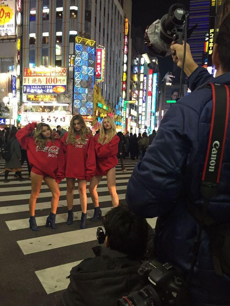 Sasha para o trânsito ao posar para a Coca-Cola no Japão (Foto: Divulgação)