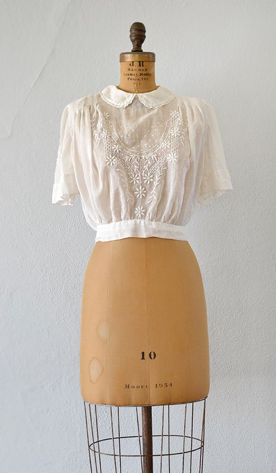 20s/30s/40s peter-pan collar blouse with lovely flower embroidery