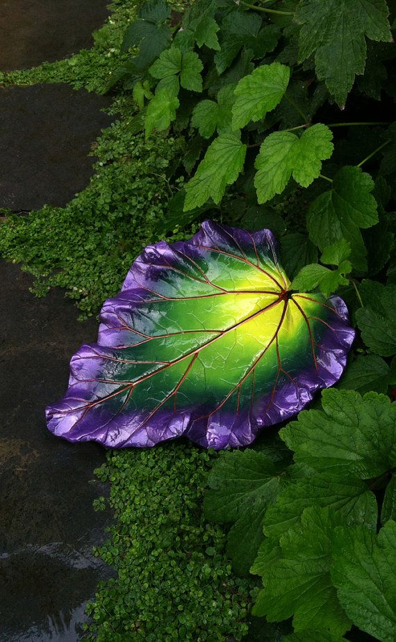 Vogelhäuschen Zement Rhabarber Blatt in Chartreuse grün lila und Kupfer