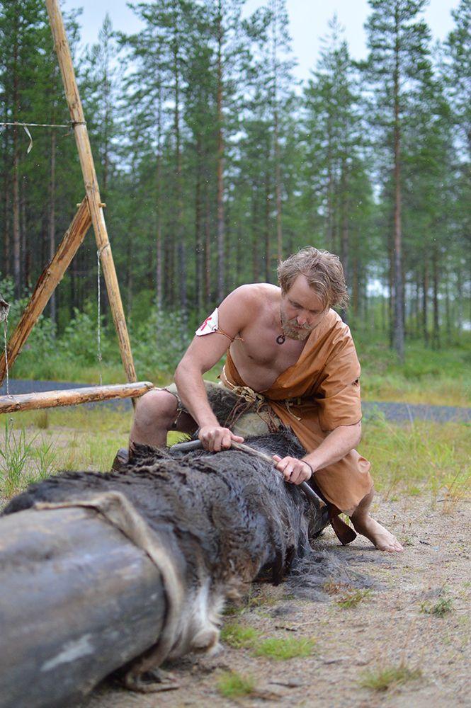 Muinaismarkkinoilla pääsee kokeilemaan muun muassa nahan työstöä. Luuppi, Oulu (Finland)