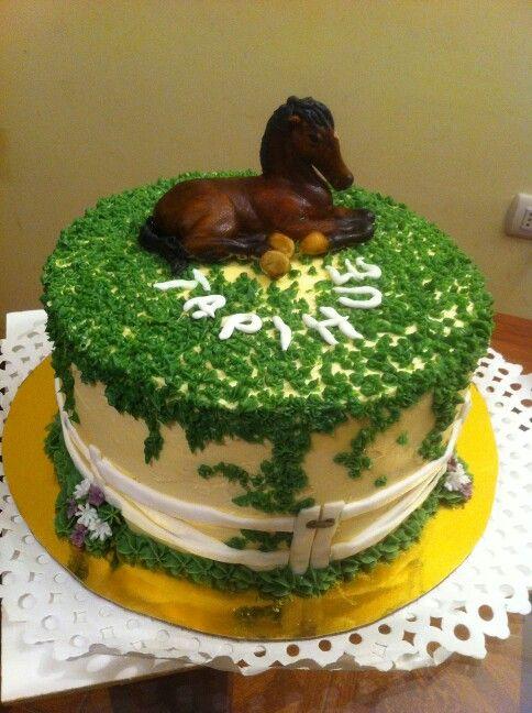 Caballo hecho con pasta de goma y pastel  de chocolate por lucia.