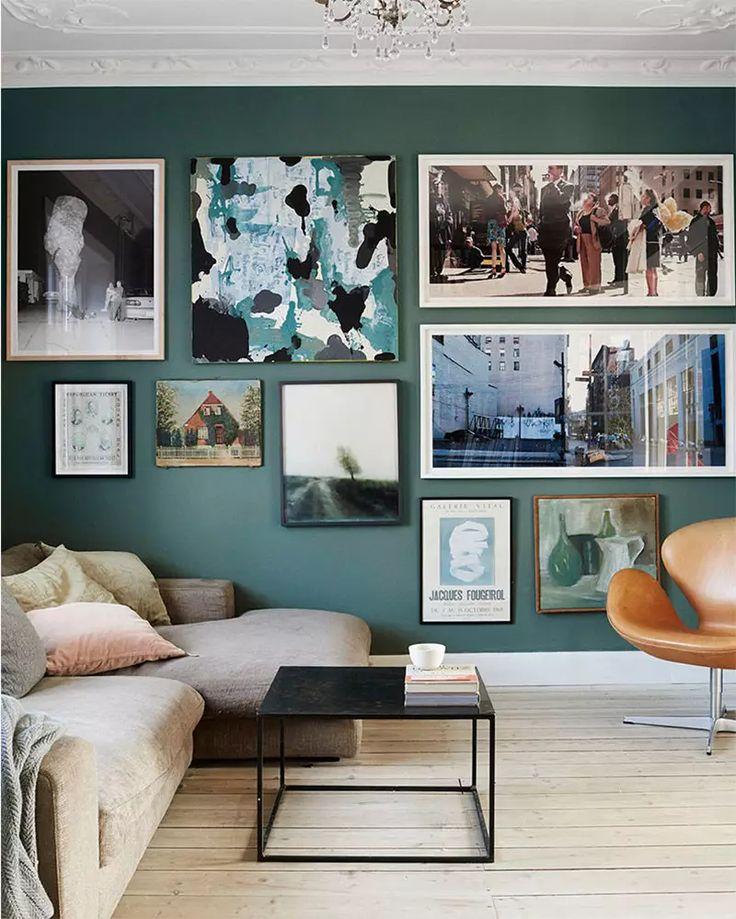 Decorazioni e arredi soggiorni moderni - Stile vintage con una composizione di vari quadri e fotografie