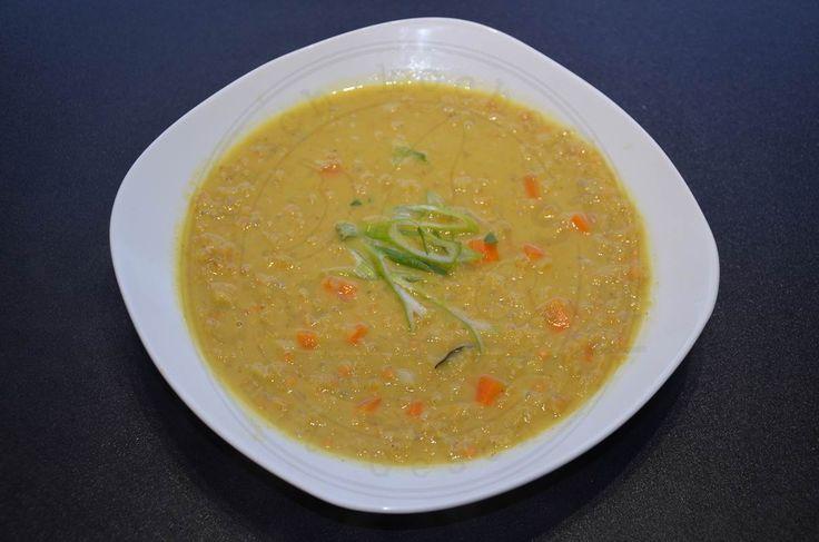 Ich liebe Rezepte für schnelle Suppen. Dieses indische Dahl gehört zu meinen Lieblingsrezepten. Eine schön scharfe Suppe aus roten Linsen, Kokosmilch und einer feurigen Currymischung. Als Basis dient mir eine Gemüsebrühe, die ich eigentlich immer auf Vorra