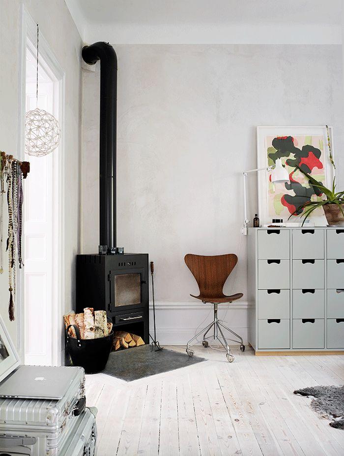 I den slitna lägenheten på Södermalm i Stockholm såg arkitekten Maria Sahlstrand möjligheten att skapa ett boende för två hushåll. Nu bor hon och tonårsdottern Nelly där – tillsammans men...