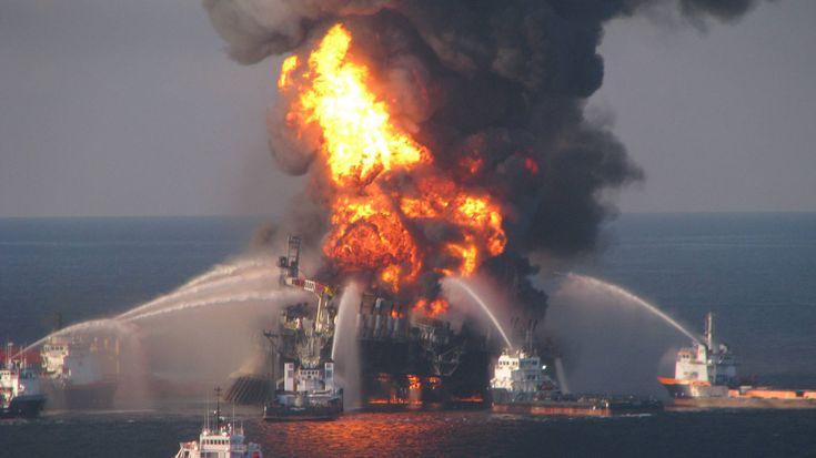 Nachdem am 20. April 2010 auf der Ölplattform Deepwater Horizon ein Sicherheitsventil versagte, folgte eine schwere Explosion. Elf Mitarbeiter des Erdölkonzerns BP kamen ums Leben, zwei Tage später versank der Koloss in den Fluten des Golfs von Mexiko. Täglich sprudelten fast zehn Millionen Liter Rohöl aus dem Bohrloch in den Golf von Mexiko, erst 88 Tage später schafften es Spezialisten, das Leck in 1.500 Metern Tiefe abzudichten. Die Folge war eine der schlimmsten Ölkatastrophen der…