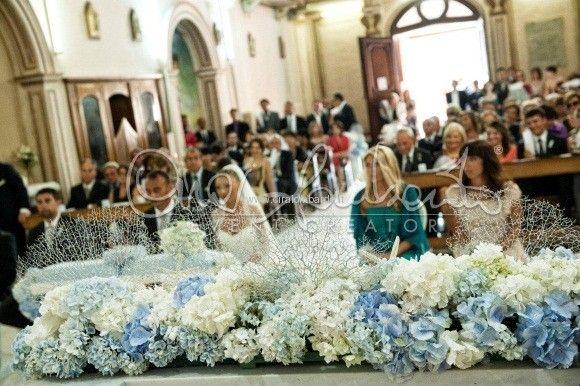 Eleganza ed essenzialità. Bianco e celeste polvere per i fiori all'altare nuziale. La felicità della sposa.