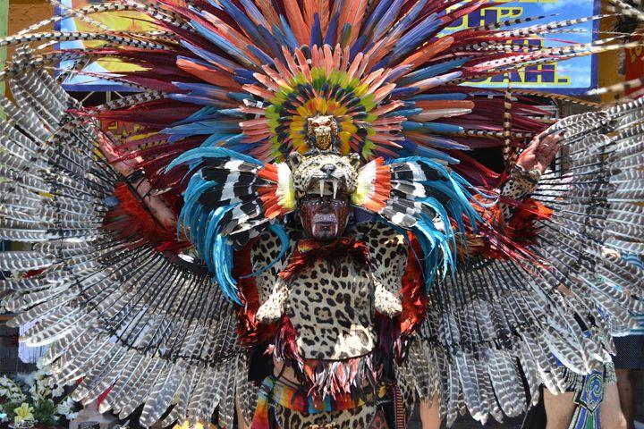 Danza Azteca: Cada uno de los danzantes puede adornar su vestimenta azteca como lo prefiera, algunos trajes son muy elaborados.
