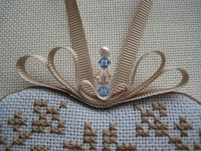 Lynn B 's finishing instructions for cross stitch : How to make a pretty little bow.