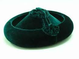 calañes: sombrero de ala vuelta hacia arriba y copa baja y mas estrecha por la gente superior que por la inferior