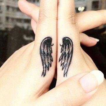 tatuajes en los dedos de las manos de alas